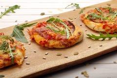 小薄饼用无盐干酪乳酪、火腿和芝麻菜 库存图片