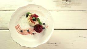 小蛋糕用莓果 股票视频