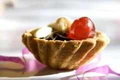小蛋糕糖煮的樱桃 免版税库存图片