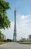 小行政区塔在蓝天下,广州电视和观光的塔、城市地标和手段在广州在广东,中国摆正 免版税库存照片