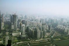 从小行政区塔窗口的广州视图  免版税库存图片