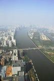从小行政区塔窗口的广州视图  库存图片