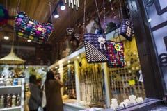 小袋子工艺品在旅游胜地的商店卖了 库存照片