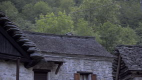 小被忘记的传统村庄和教会,丢失在意大利瑞士阿尔卑斯在洛枷诺附近 股票视频