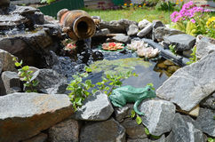 小装饰池塘在庭院里 设计高例证横向计划图表分解力 免版税库存照片