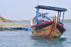 小规模农夫的一个典型的渔船越南的coastaline的 图库摄影