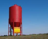 小谷物红色的筒仓 库存图片