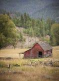 小谷仓在牧场地 库存照片