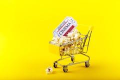 小购物车用玉米花 库存图片