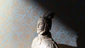 小赤土陶器战士头有锦背景 免版税库存照片