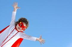 小超级英雄儿童女孩在空气飞行 免版税库存照片