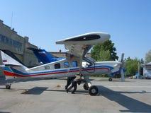 小轻引擎私人喷气式飞机工作者在跑道滚动 库存图片