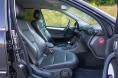 小轿车跑车视图、皮革内部,被镀铬的元素,前面和后座,豪华设计 免版税库存照片