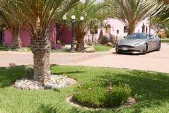 小轿车阿斯顿・马丁V12Vanquish在利马南部 免版税库存照片