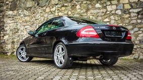 小轿车cabrio黑色德国豪华品牌制造的跑车从后面 图库摄影