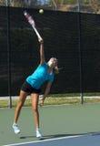 小辈网球员服务 免版税库存照片