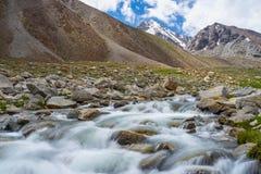 小透明的河在夏天, Leh,拉达克,印度 免版税库存图片