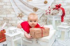 小逗人喜爱的女孩在圣诞节的前夕五个月 库存图片