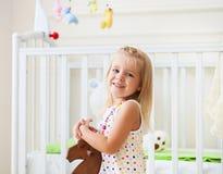 小逗人喜爱的女孩在托儿所屋子里 免版税库存图片