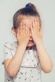 小逗人喜爱的女孩闭合的面孔用人工 免版税图库摄影