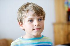 小逗人喜爱的学校孩子男孩画象五颜六色的衣裳的 愉快的正面孩子 免版税库存图片