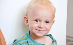 小逗人喜爱的微笑的白肤金发的男孩 免版税图库摄影