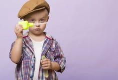 小逗人喜爱的男孩吹肥皂银行 免版税库存图片