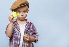 小逗人喜爱的男孩吹肥皂银行 免版税图库摄影