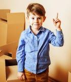 小逗人喜爱的男孩在空的屋子,对新房的remoove里 家庭单独, 库存图片