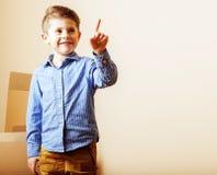小逗人喜爱的男孩在空的屋子,对新房的remoove里 家庭单独, 库存照片