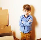 小逗人喜爱的男孩在空的屋子,对新房的remoove里 家庭单独, 免版税图库摄影