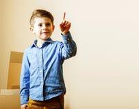 小逗人喜爱的男孩在空的屋子,对新房的remoove里 家庭单独, 图库摄影