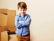 小逗人喜爱的男孩在空的屋子,对新房的remoove里 家庭单独, 免版税库存照片