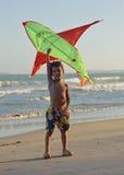 小逗人喜爱的男孩,在海岸的日落与风筝,可爱的孩子,生活方式人概念 库存图片