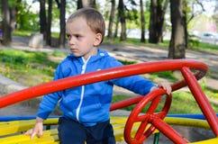 小逗人喜爱的白肤金发的恼怒的男孩 库存照片