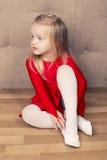 小逗人喜爱的芭蕾舞女演员女孩 免版税库存照片