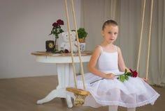 小逗人喜爱的芭蕾舞女演员画象摇摆的 免版税库存图片