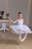 小逗人喜爱的芭蕾舞女演员画象摇摆的 库存图片