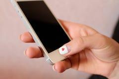 小配件智能手机在女孩的手上 库存图片