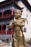 小金人和玉女孩-铜雕塑 库存照片