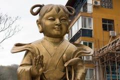 小金人和玉女孩-铜雕塑 免版税库存照片