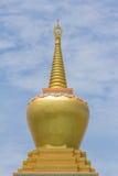 小金黄水泥stupa 免版税库存照片