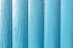 以小镇压的形式,木纹理,在蓝色绘的板,垂直被排列,木头被损坏 库存照片