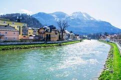小镇有河和阿尔卑斯范围背景 图库摄影