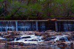 小镇河和水坝 库存照片