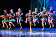 小长凳挥动的舞蹈土家族国籍 免版税库存照片
