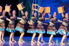 小长凳挥动的舞蹈土家族国籍 库存照片