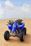 小队自行车在沙漠 库存图片