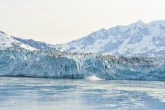 小阿拉斯加浮动的前景冰川hubbard的冰山 库存图片