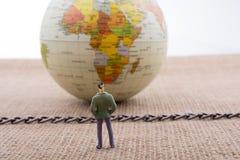 小雕象和地球与一个链子在中部 免版税库存图片